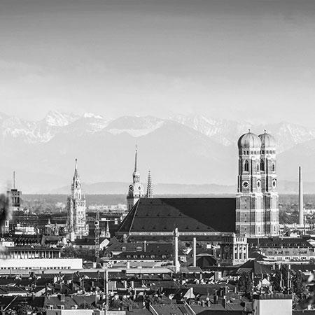 Skyline von München mit Frauenkirche und Alpen im Hintergrund